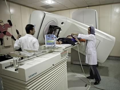 رادیوتراپی یکی از مراحل اصلی درمان سرطان محسوب می شود وخدمات رادیوتراپی در محک توسط کارشناسان مجرب انجام می گیرد. این بخش با تجهیزات کامل وویژه یکی از بخش های بسیار فعال وخاص بیمارستان محک است که توانایی پذیرش بیمارا ن بزرگسال را نیز دارد و در حال حاضر 12 ساعت در روز فعال است