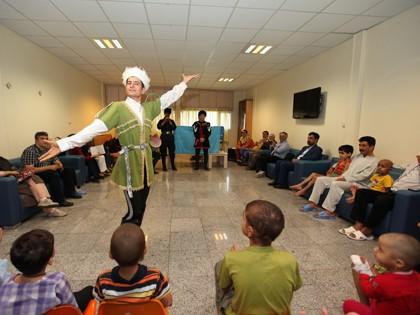 توی افتتاحیه جشنواره تئاتر آیینی همراه دوستام با اقوام ديگه آشنا شدیم