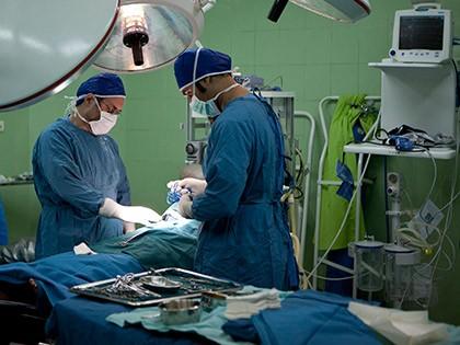 اتاق عمل با ظرفیت انجام دو عمل جراحی به صورت هم زمان با مدرن ترین وسایل پزشکی روز دنیا تجهیز شده است .امکانات این اتاق عمل برای انجام انواع جراحی های تخصصی و فوق تخصصی مهیا است