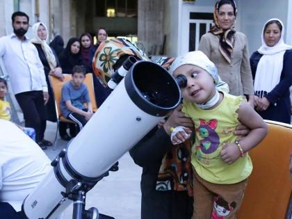 اون روز که تو محک جشن ستارهها بود عمو با یه دوربین بزرگ ماه و ستارهها رو نشونمون داد