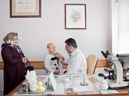 بیمارستان دارای 3 بخش آنکولوژی است. این بخش ها مخصوص بیمارانی است که شیمی درمانی آنها بیش از یک روز به طول می انجامد و کودکان برای طی کردن دوره درمان خود در این بخش ها بستری می شوند. ظرفیت این بخش ها30 تخت است و در آن پزشکان متخصص اطفال و فوق تخصص های خون وآنکولوژی به درمان کودکان می پردازند