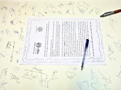 همایش CSR در محک امضای بیانیه همایش توسط حاضران